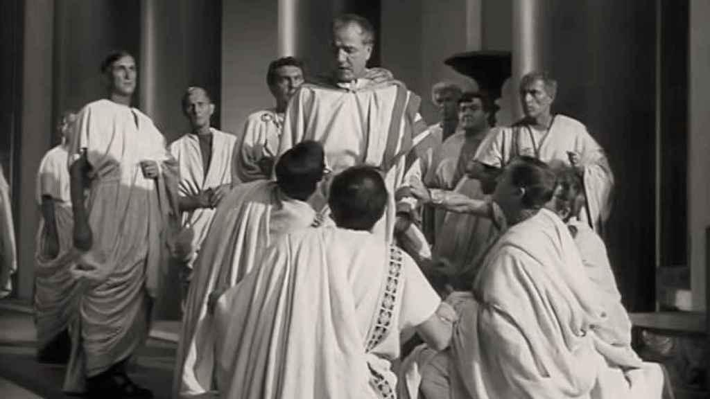 Fotograma de la película 'Julio César' (1953). Escena del asesinato.