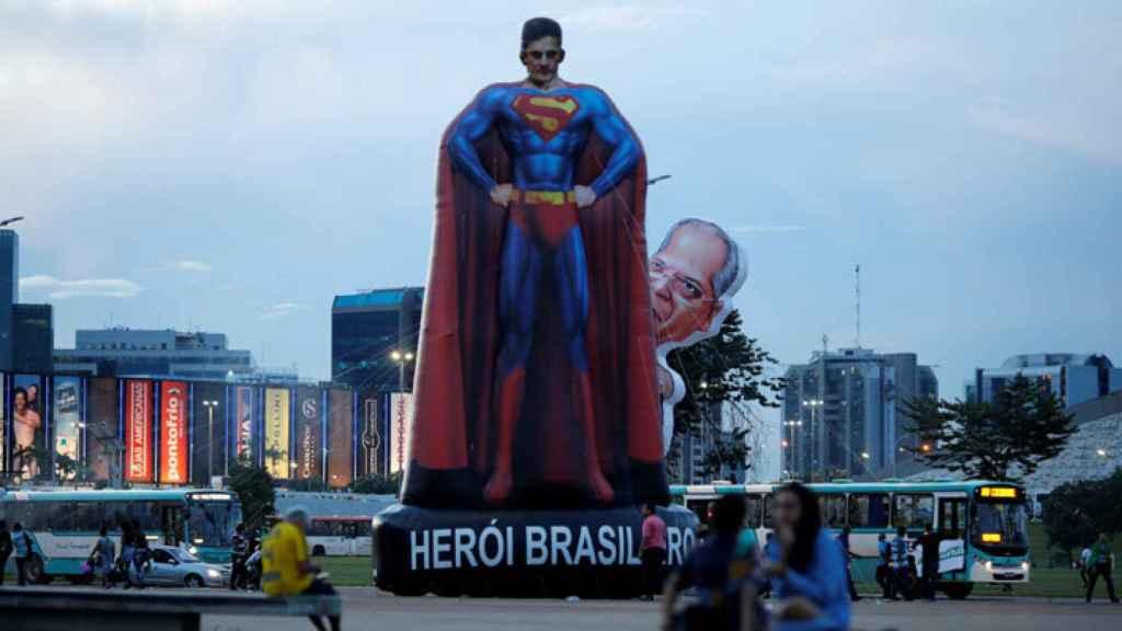 Un superman gigante con la cara de Sergio Moro en una manifestación contra la corrupción.