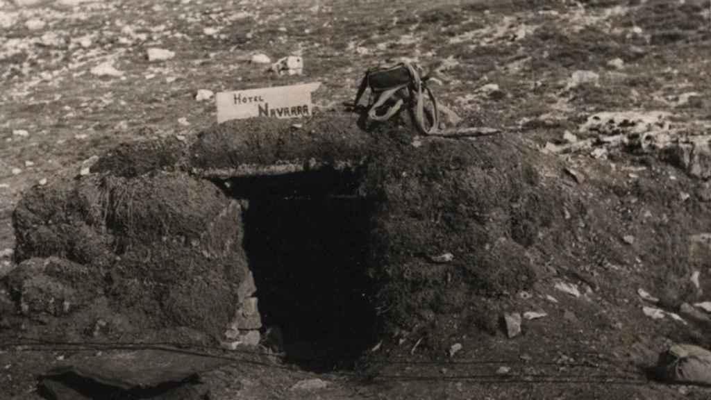 Uno de los refugios construidos en Monte Bernorio, con un cartel de Hotel Navarra.