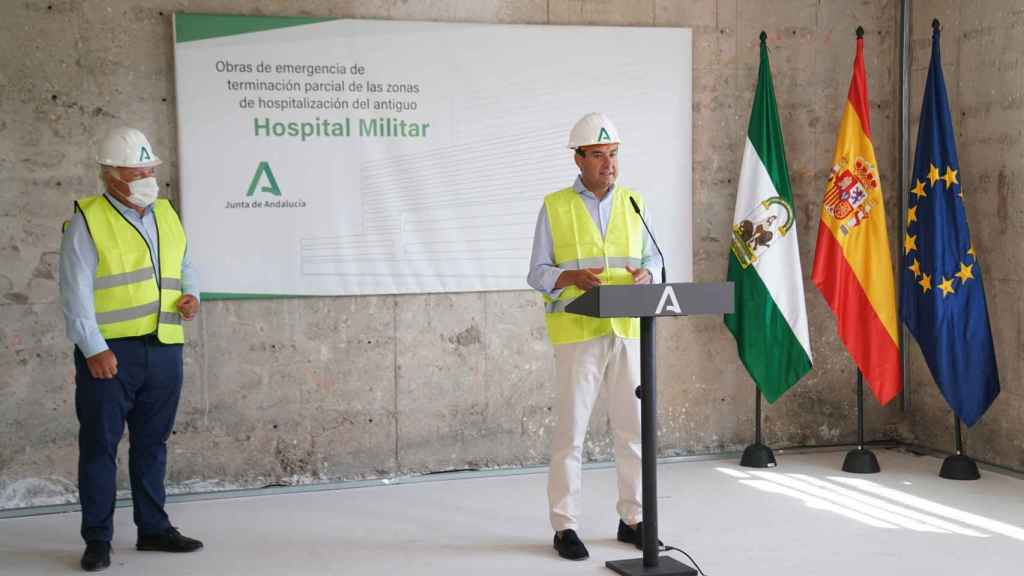 Juanma Moreno y Jesús Aguirre en una visita a las obras del Hospital Militar en septiembre de 2020.