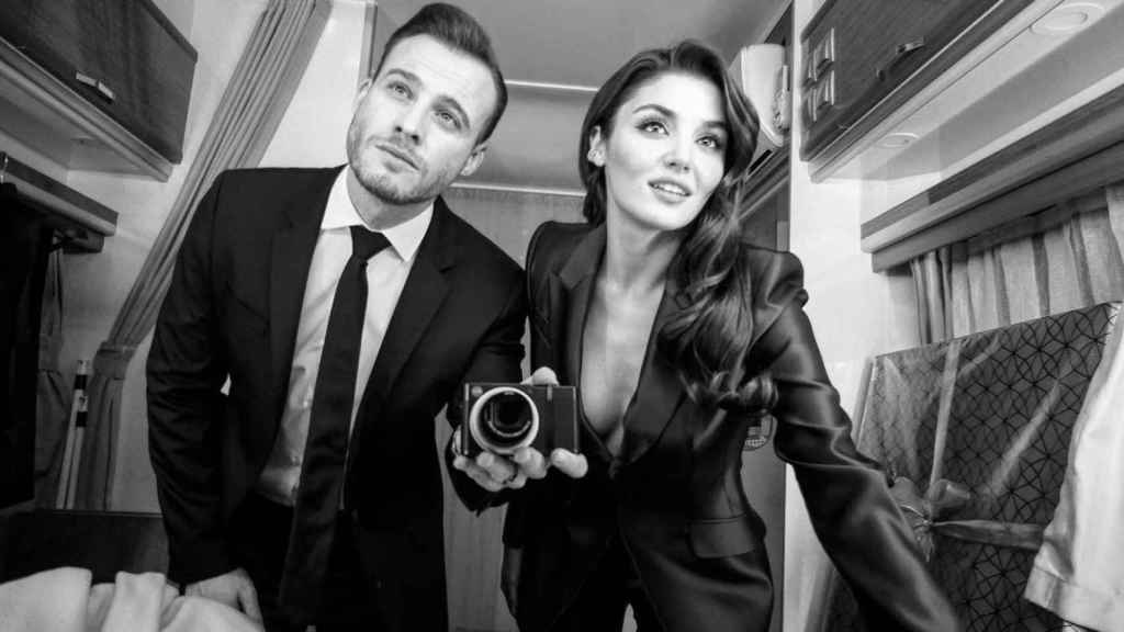 Kerem en una imagen junto a su compañera de reparto Hande Erçel