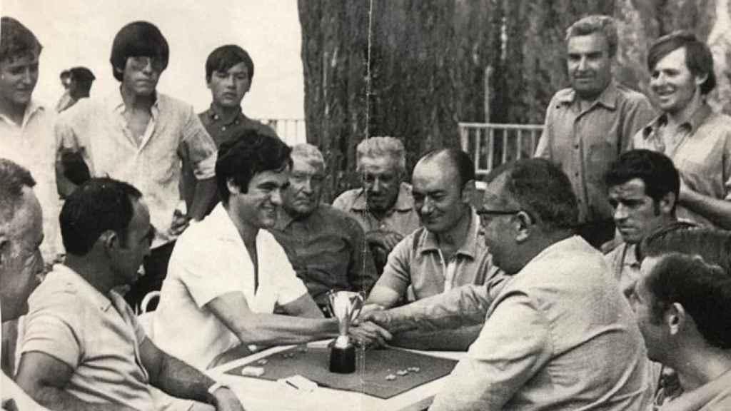 Escudero (atrás, con gafas de sol) con Bono (en la mesa) en Salobre.
