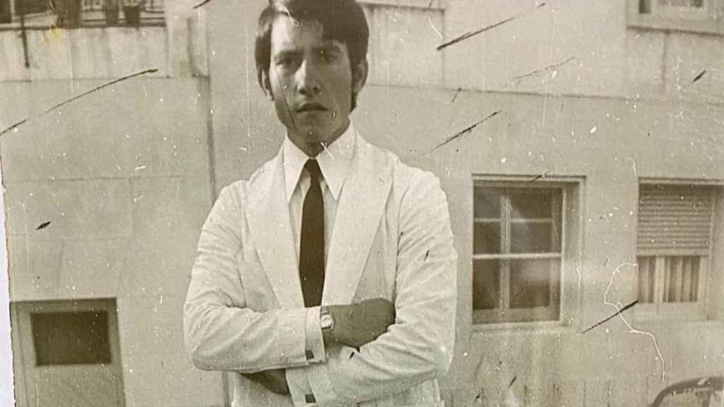 Escudero como camarero nada más llegar a La Jonquera, en los años 70.