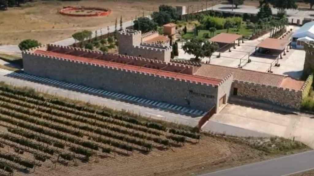 Vista aérea de la bodega de Escudero Castell de Biart, donde tiene una plaza de toros.