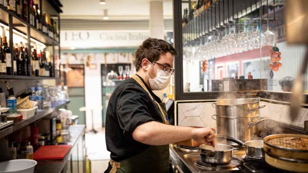El cocinero profesional Toni Souto preparando los arroces en el fogones del Bistrot Oh Délice.