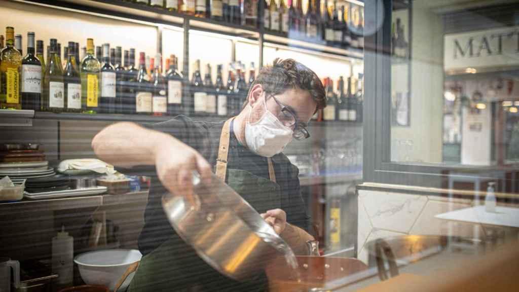 En la cocina del Bistrot Oh Délice, el cocinero Toni vierte el agua hirviendo para cocer los arroces.