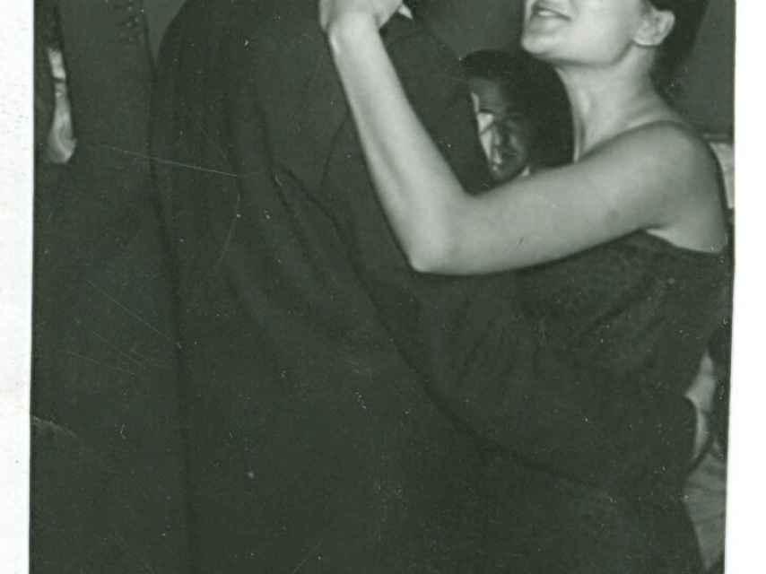 Paco Umbral y María España, jóvenes, bailando.