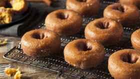 Una bandeja con donuts recién horneados.