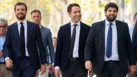 Pablo Casado, junto con su secretario general, Teodoro García Egea, y el presidente de Murcia, Fernando López Miras.