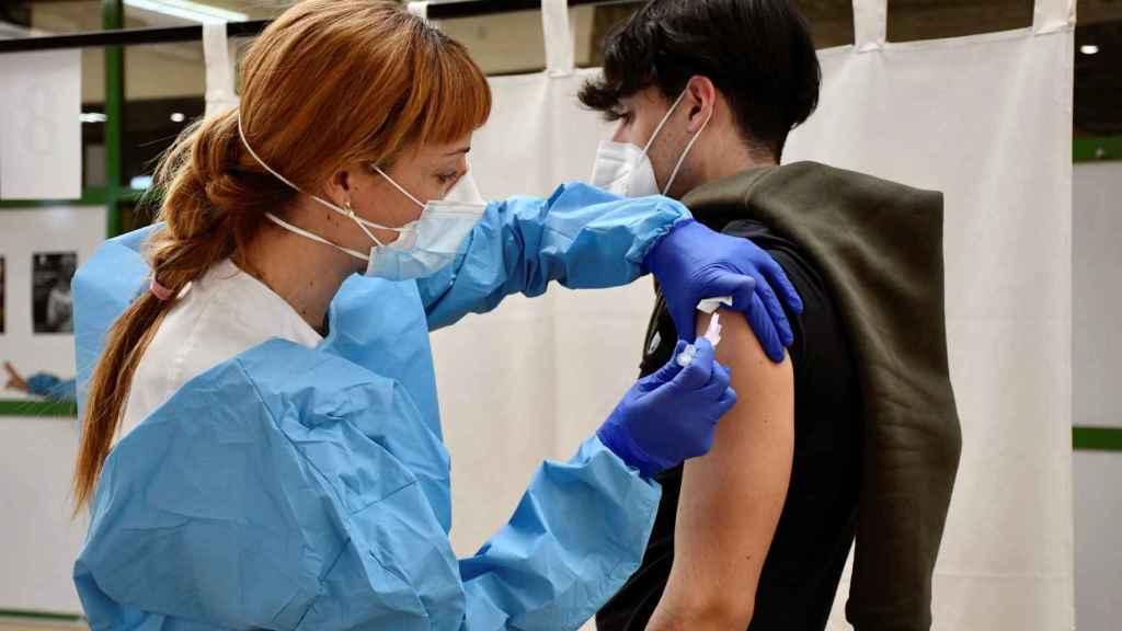 La Consejería de Sanidad de Junta de Castilla y León ha comenzado la vacunación frente a la Covid-19 de los docentes.