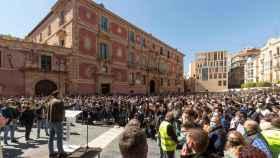 Santiago Abascal en una abarrotada plaza del Cardenal Belluga de Murcia.