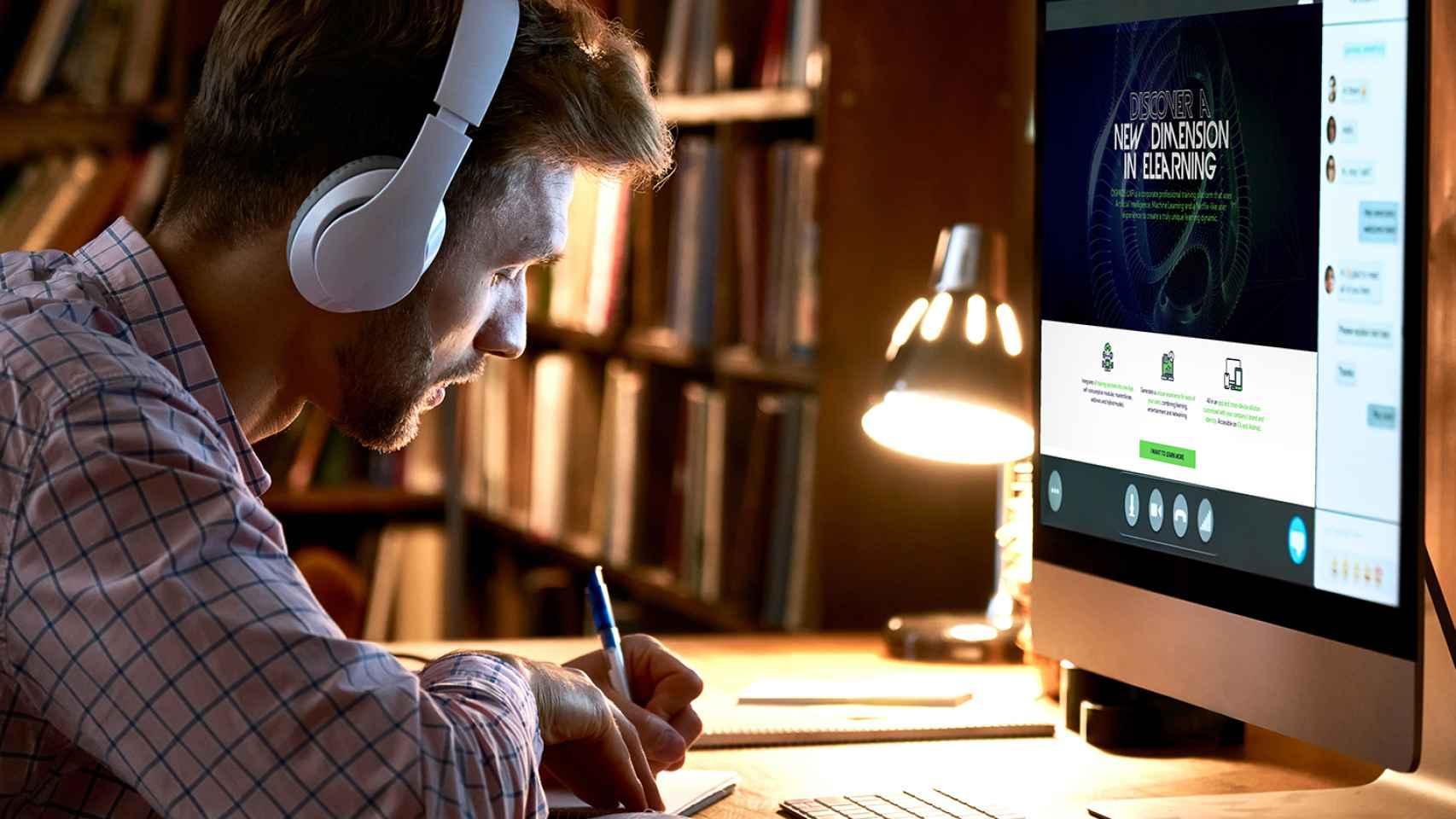 Un estudiante utiliza la plataforma de MIG Embryonic para su formación online.