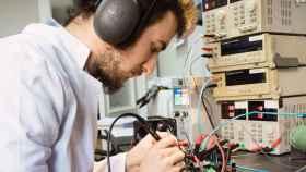 Un técnico de Frenetic trabaja en su laboratorio.