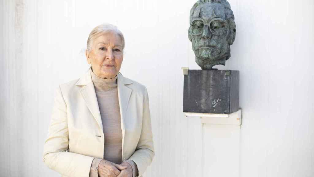 María España Suárez, junto a una escultura de su marido, Francisco Umbral.