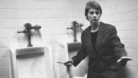 Camille Paglia en el baño de hombres, blandiendo una navaja.
