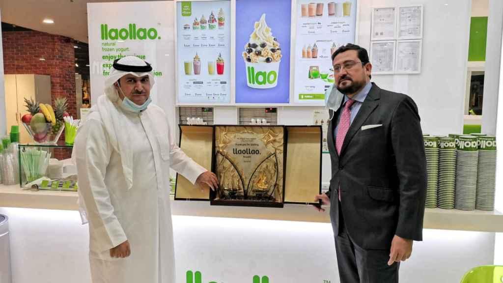 El embajador de España en Kuwait, Miguel José Moro (1d), en la inauguración en el centro comercial The Mall, Abdul Razak Complex.
