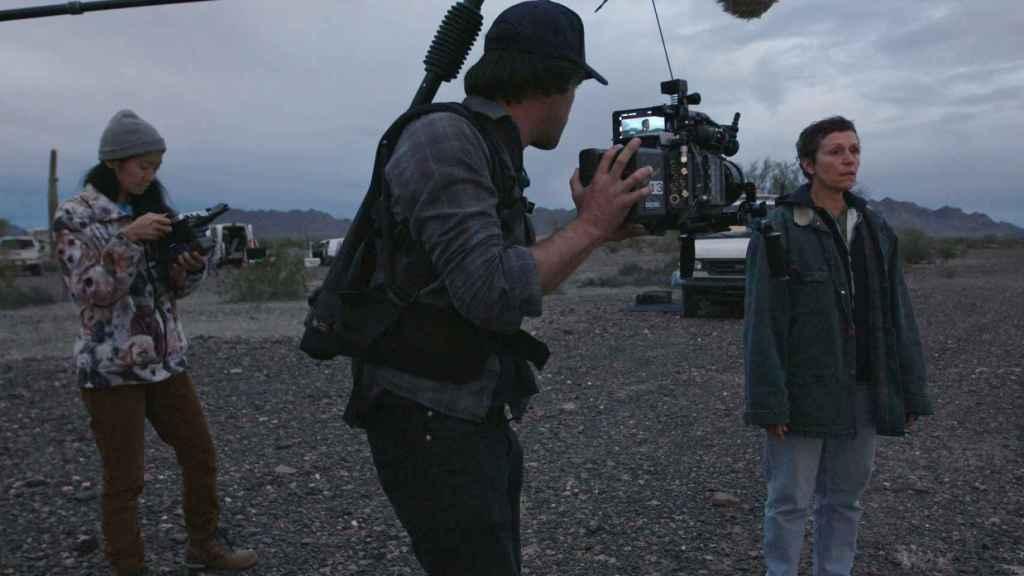 Chloé Zhao en el rodaje de 'Nomadland'.