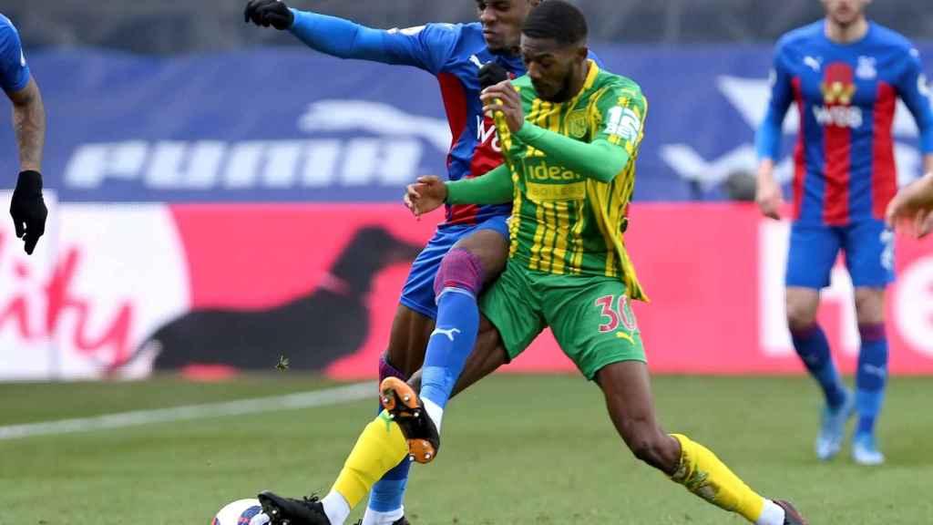 Zaha pelea un balón en el Crystal Palace - West Bromwich Albion