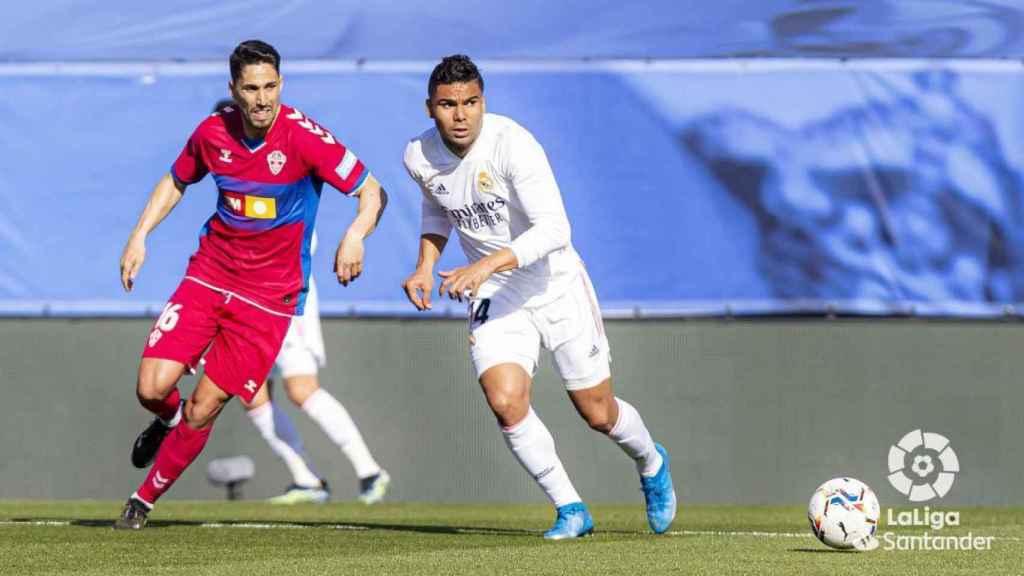 Casemiro conduce el balón, en el Real Madrid - Elche de La Liga