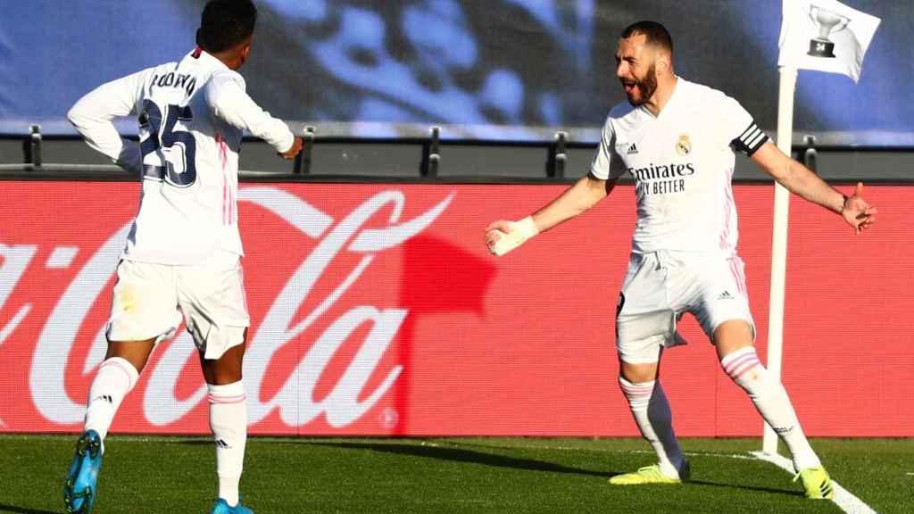 Karim Benzema celebra el gol de la victoria del Real Madrid al Elche