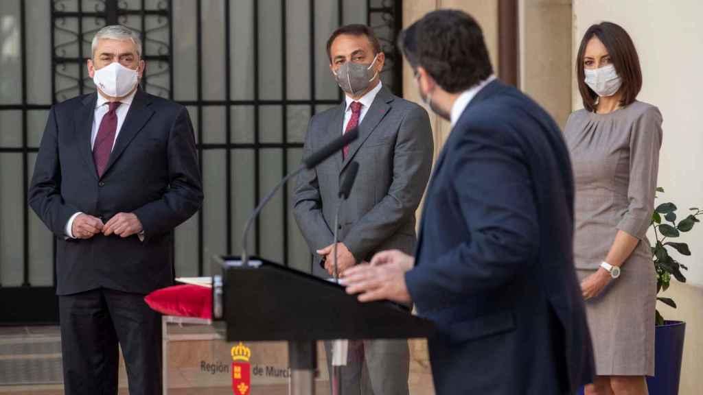 El presidente de Murcia Fernando López Miras (2d) durante la toma de posesión de los nuevos consejeros, Valle Miguelez (d), Francisco Alvarez (i) y Antonio sánchez.