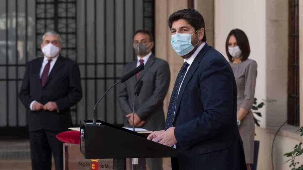 Antonio sánchez, Francisco Alvarez y María Valle Miguelez junto a López Miras.
