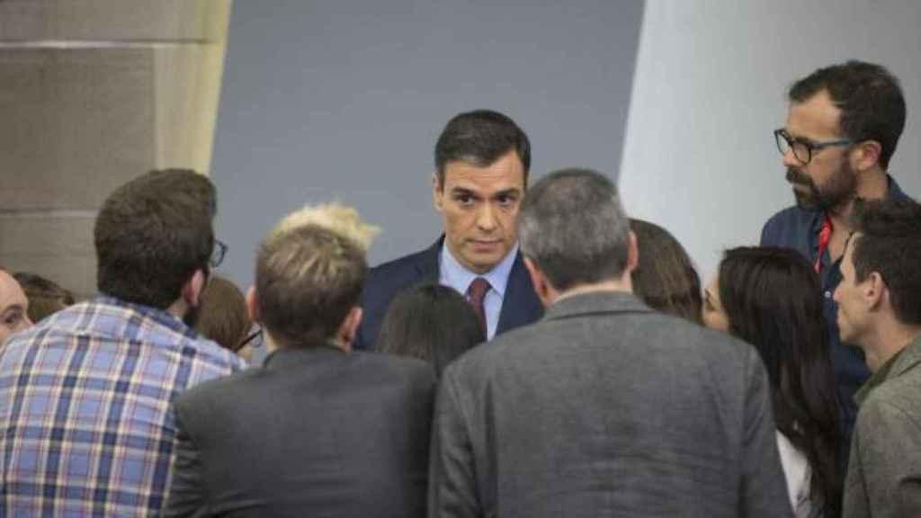 Pedro Sánchez, desencajado entre los periodistas tras admitir que vienen semanas duras en la sala dee prensa de Moncloa.
