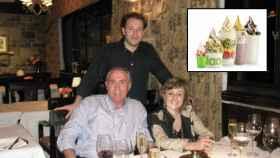 Pedro Espinosa Martínez, CEO de llaollao, junto a sus padres, Pedro y Yolanda.