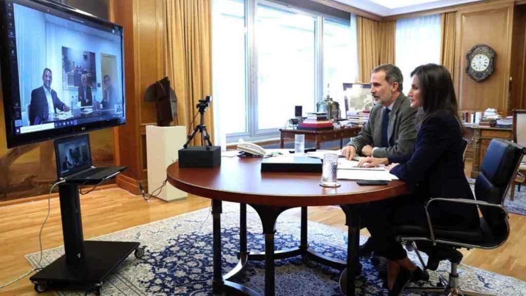 Los reyes durante una teleconferencia con Juan Roig, cabeza de Mercadona.