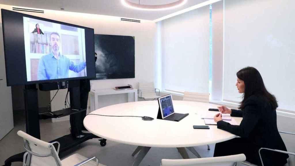 La reina Letizia atiende a una videoconferencia.