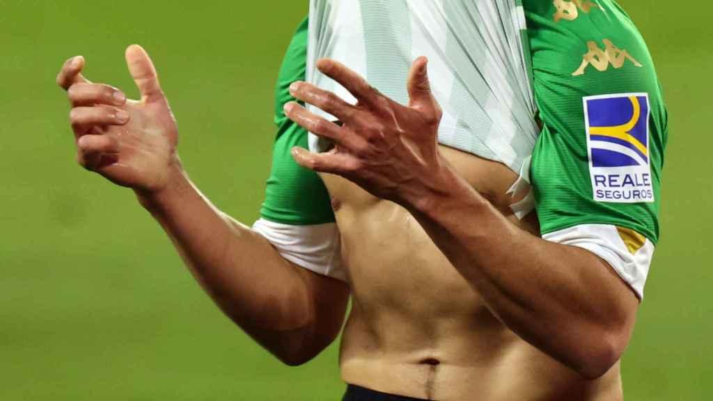 Fekir se tapa el rostro con la camiseta