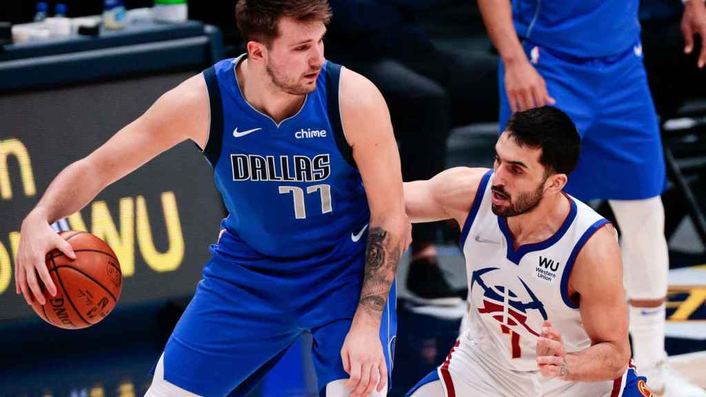 Luka Doncic y Facundo Campazzo, durante un partido en la NBA