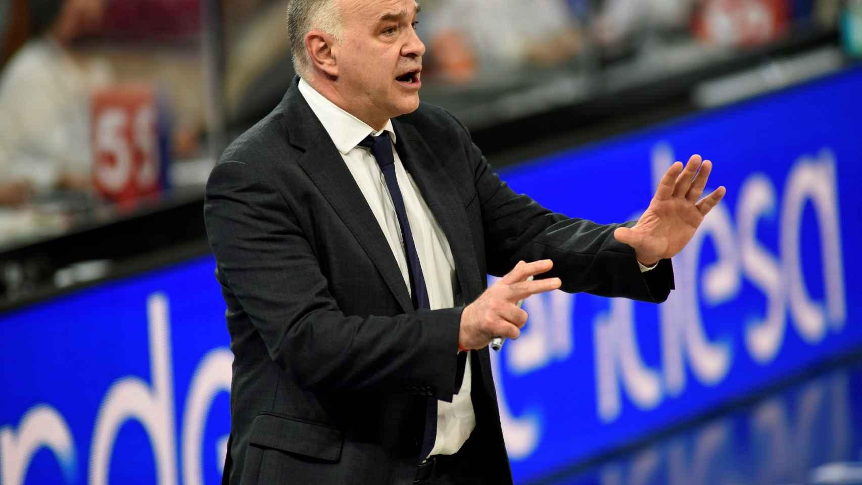 Pablo Laso dando indicaciones durante un partido contra TD Systems Baskonia