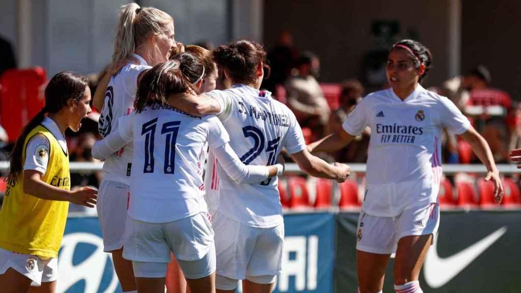 Sofia Jakobsson celebra con sus compañeras su gol durante el derbi