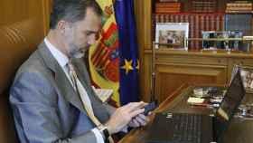 El rey Felipe VI, con su ordenador en su despacho de Zarzuela.