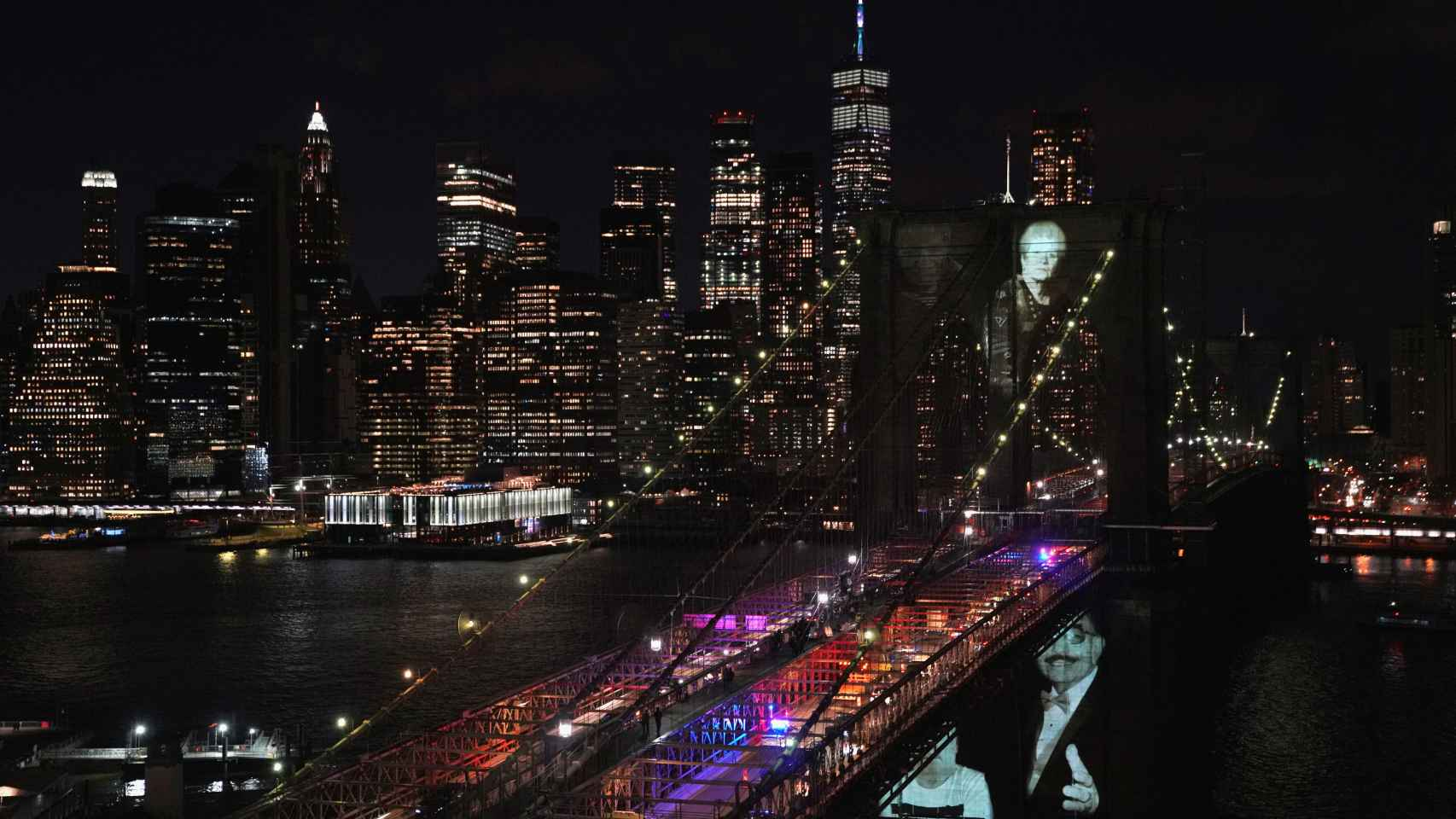 Imágenes de los fallecidos por la Covid proyectadas sobre el puente de Brooklyn, en Nueva York.