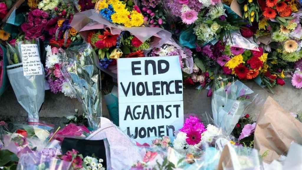Flores y carteles para protestar por el brutal asesinato de Sarah Everard.