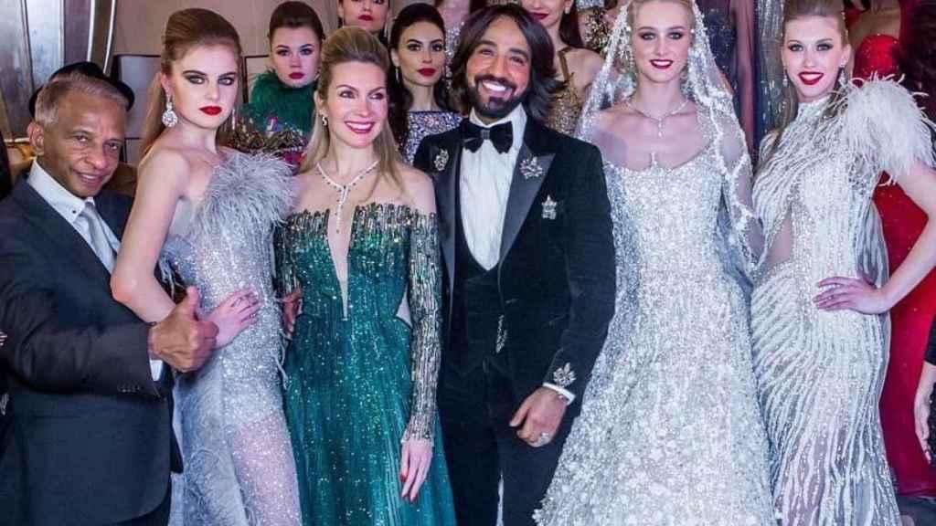 El diseñador Hany El Behairy posando con las modelos que llevan algunos de sus diseños.