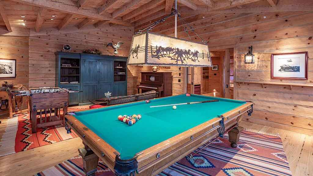Un pool en una de las habitaciones de la mansión de Tom Cruise.