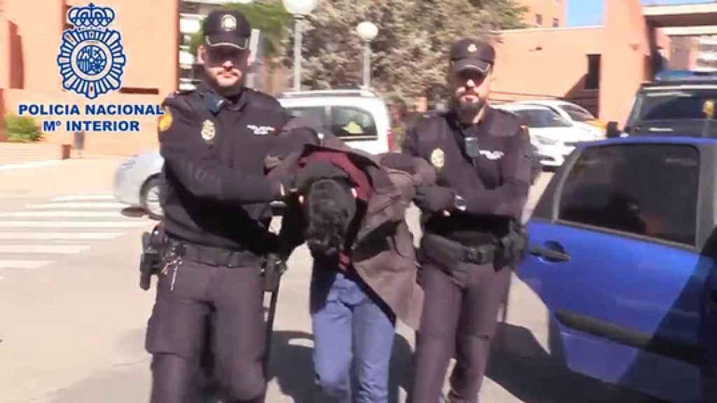 Imagen del día de la detención del presunto parricida difundida por la Policía Nacional.