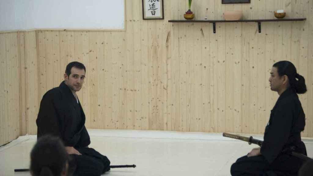 El parlamentario Juan José Liarte junto el maestro de kenjutsu, el japonés Daihachi Sato.