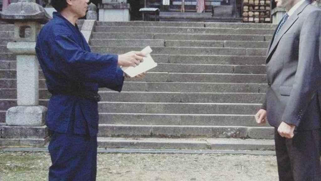 El maestro Kawakami entregando a Juan José Liarte el diploma 'mokuroku' de la escuela Koka Ban Toh Ichimonkai.