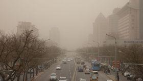Pekín amaneció este lunes envuelta en una espesa niebla marrón debido a los altos niveles de contaminación de los últimos días y a una tormenta de arena proveniente de Mongolia.