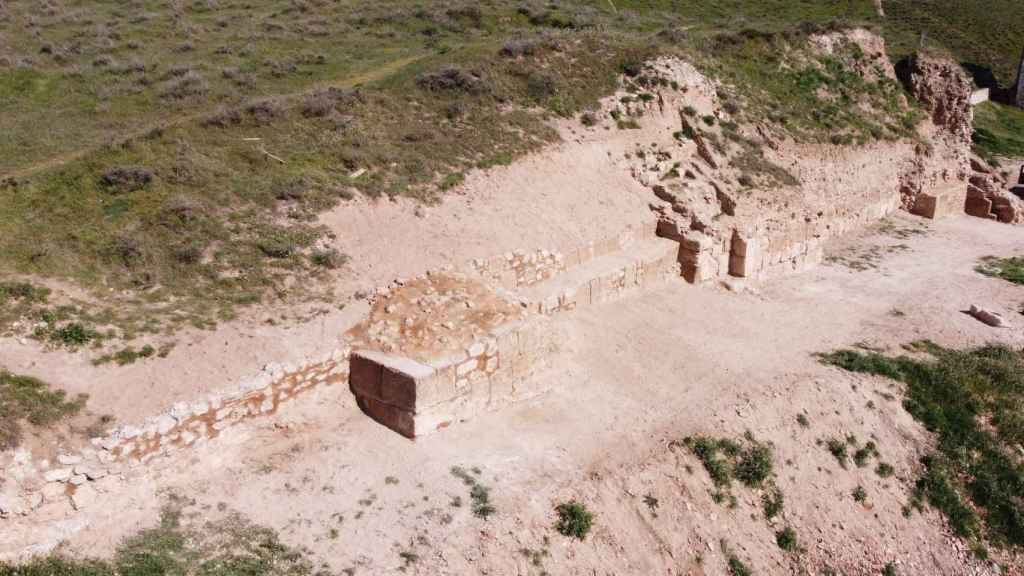 Tramo de muralla de la fortaleza de Alcalá la Vieja tras las nuevas excavaciones.
