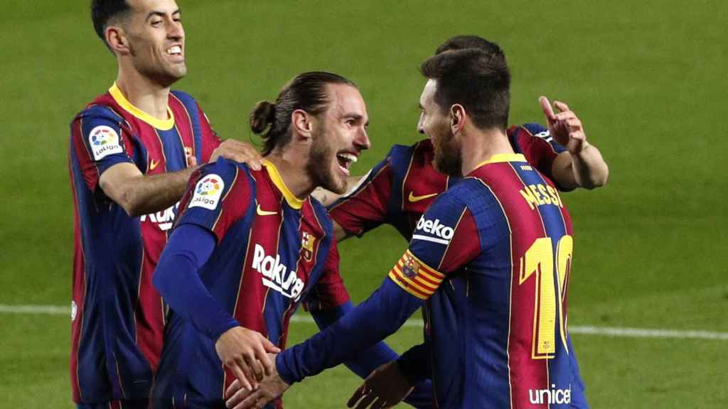 Los jugadores del Barcelona celebran el gol de Mingueza
