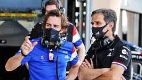 Davide Brivio y Fernando Alonso en Bahrein