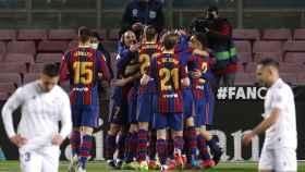 Piña de los jugadores del Barcelona para celebrar el gol de Messi