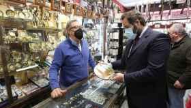 Paco Núñez ha visitado este lunes una tienda de artesanía toledana (Ó. HUERTAS)