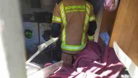 Un bombero comprueba la extinción del incendio (Twitter: @CEISGuadalajara)