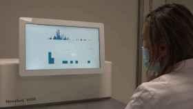 Una investigadora realiza una comprobación en el Centro de Secuenciación Masiva de Navarra.